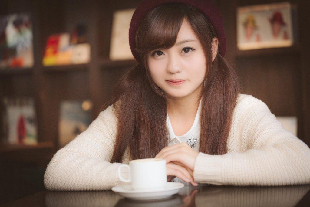 カフェの女性 画像