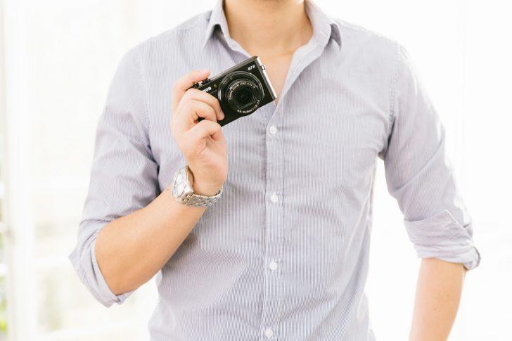 カメラを持った男性 画像